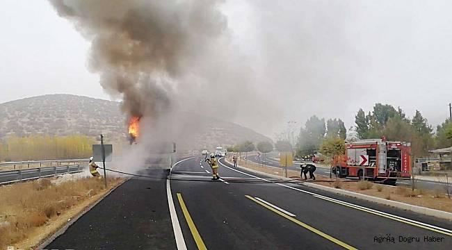Mardin'de seyir halindeki kamyon alev aldı
