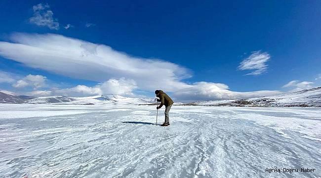 50 santimetreye ulaşan buzda balık avı