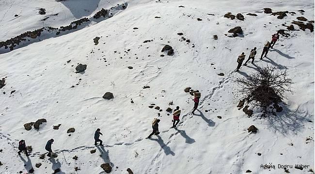 Ağrı'nın dağlarına şuana kadar 7 ton yem bıraktı