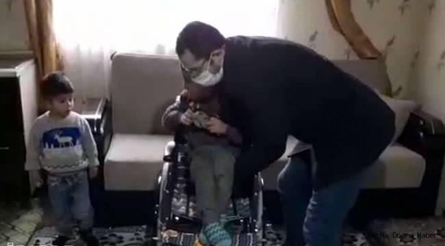 Biriktirdiği harçlığıyla engelli akranına umut oldu