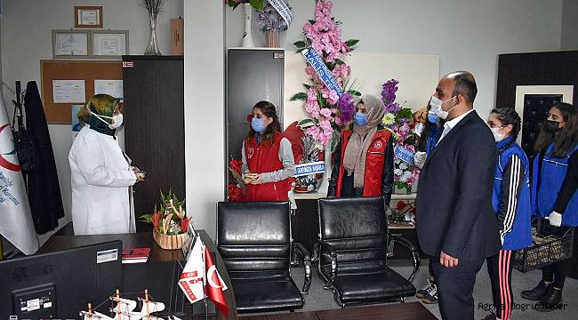 Doğubayazıt ilçesinde sağlık çalışanlarına kandil simidi dağıtıldı