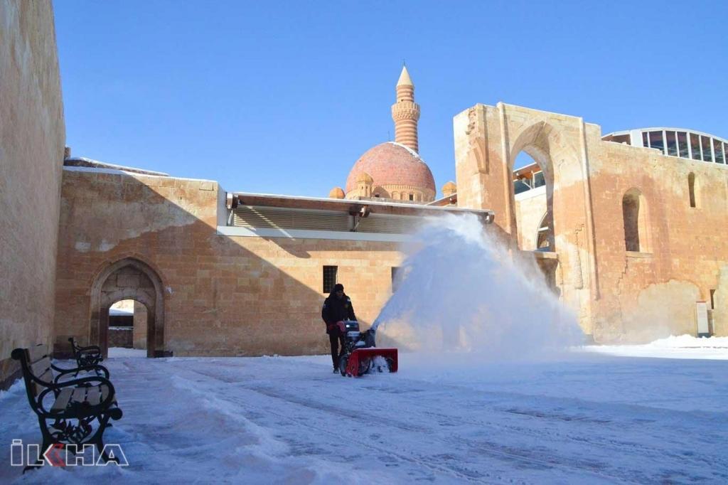 İshak Paşa Sarayında kar temizliği yapıldı